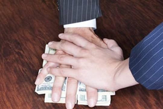 Адвокат-мошенник вымогал деньги навзятки полицейским исудьям